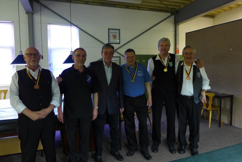 Die Vorjahressieger bei der Siegerehrung (v.l.n.r.): Hans-Ernst Bechert (3.), Sportwart Rolf Czanderna, !. Vorsitzender Werner Klingberg, Martin Ulbig (2.), Dieter Schenk (1.), Erwin Schwinning (3.)